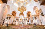 GRAN MEZQUITA DE SHAIKH ZAYED - La mezquita masiva Grand de Abu Dhabi cuenta con más de 40.000 fieles en su patio y sala de oración, la alfombra persa más grande del mundo se extiende en el interior bajo lámparas de araña-alemanes importados hechos con cristales de Swarovski.