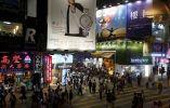 La gente camina en el distrito comercial de Mongkok en Hong Kong, China