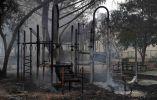 El humo se levanta de un patio en frente de la escuela primaria de Dunbar durante el fuego de las monjas en Sonoma, California