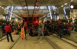 Los manifestantes bloquean las vías dentro de la estación del tren de alta velocidad AVE durante un paro regional parcial en Girona
