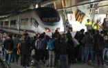 Los manifestantes bloquean las vías dentro de la estación del tren de alta velocidad AVE durante un paro regional parcial en Girona / Fotos: Reuters